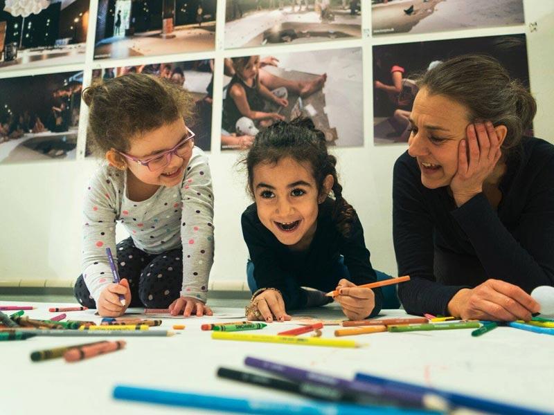 Børn involveres i aktiviteter på Teaterværkstedet Madam Bach