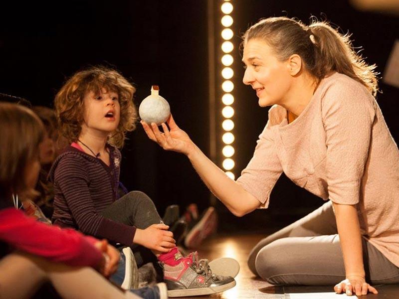 Børn ser teater på Teaterværkstedet Madam Bach